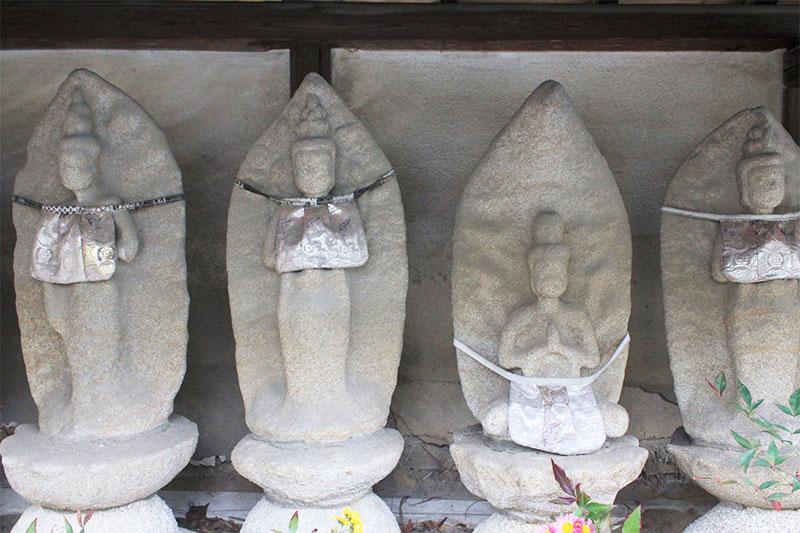 山門脇の石仏群