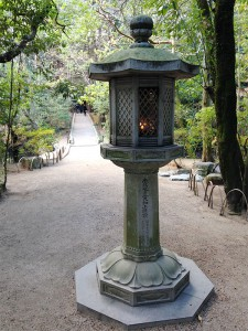 鑑真廟前の灯籠