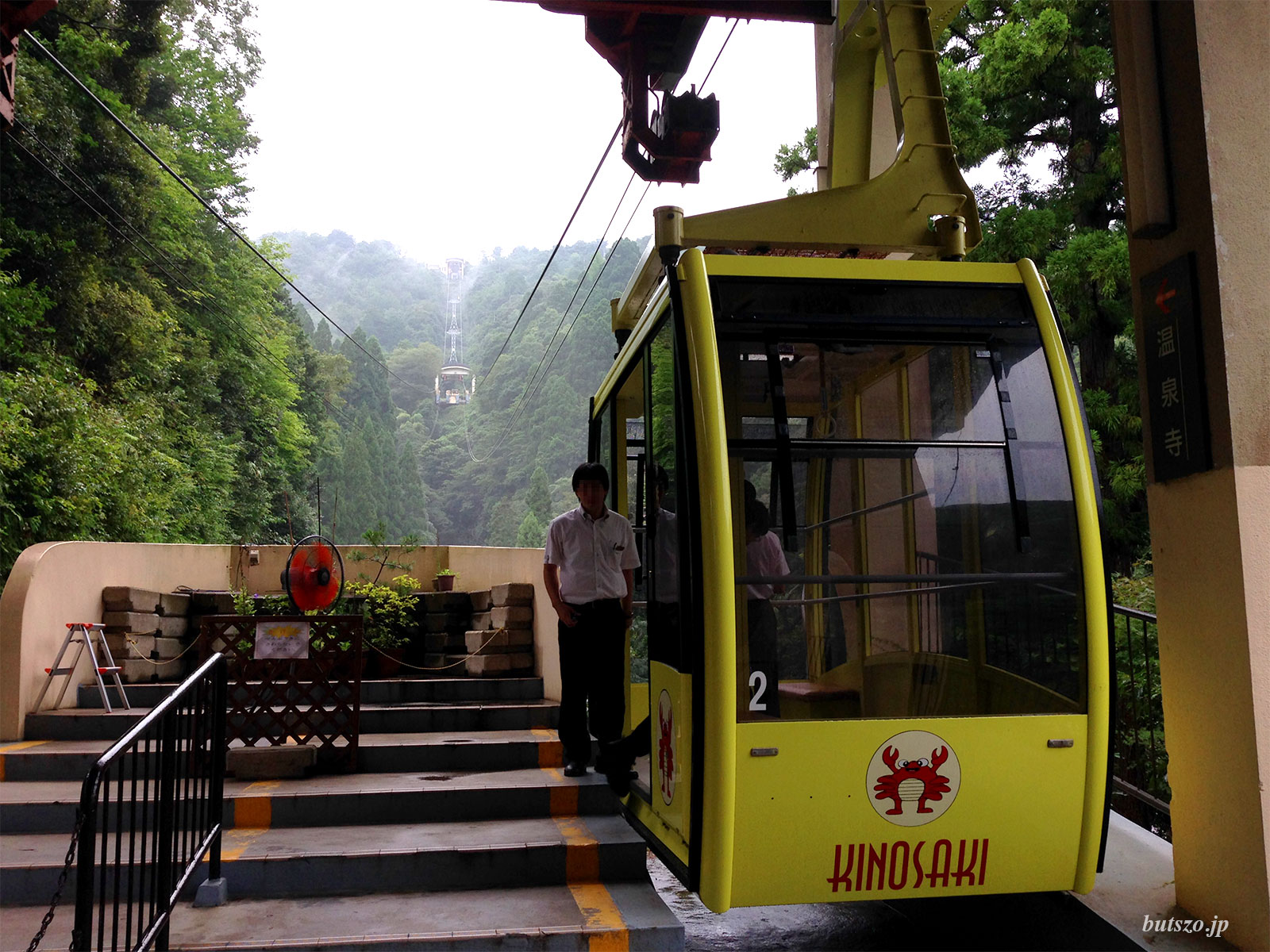 麓の駅から温泉寺駅を見上げる