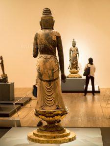 来現寺像と医王寺像が向き合って立つ