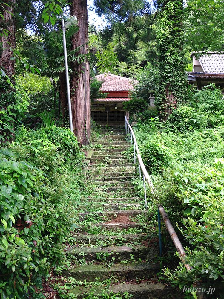 お寺への石段